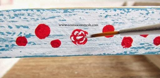 dekorirovanie-derevyannogo-yashhika-kraskami-4