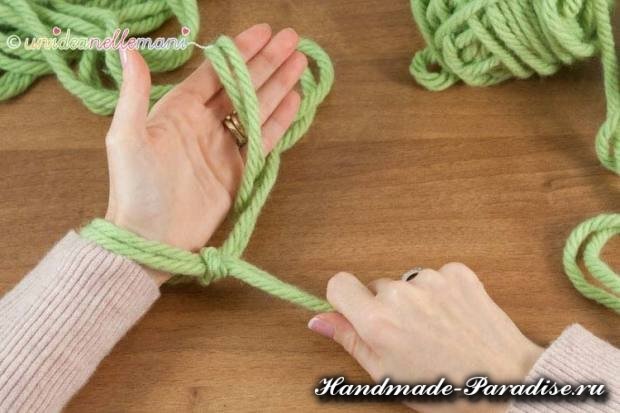 Вязание руками объемного шарфа (12)