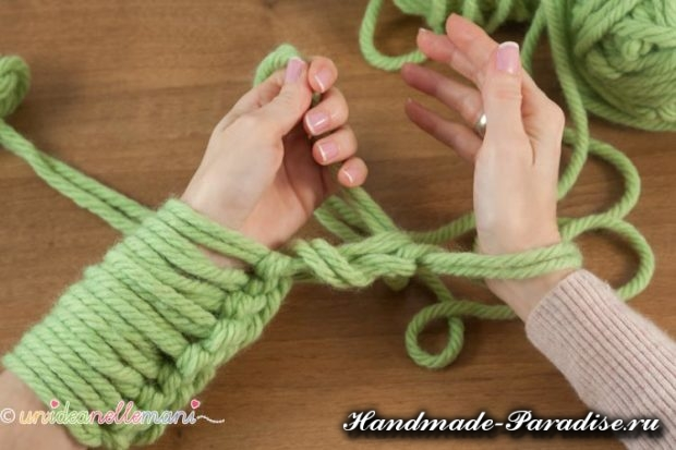 Вязание руками объемного шарфа (5)