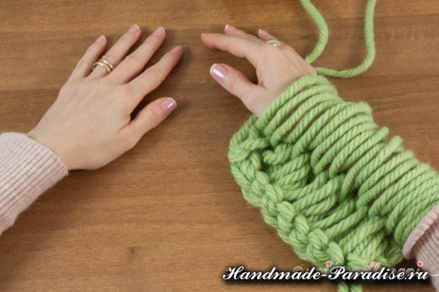 Вязание руками объемного шарфа (6)