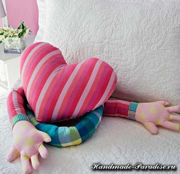 Подушка сердце с руками для влюбленных