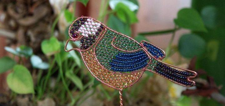Птичка из проволоки и бисера