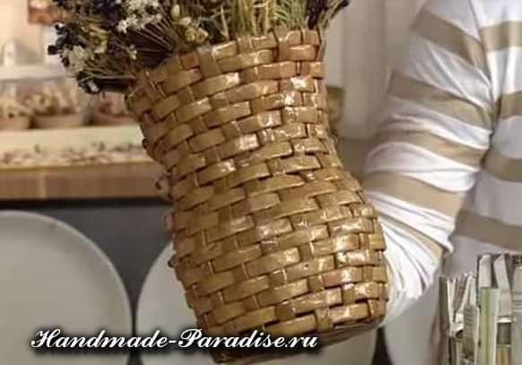 Плетение вазочки из газетных полосок (10)