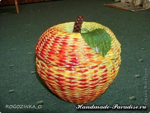 Плетение яблока из газетных трубочек (4)