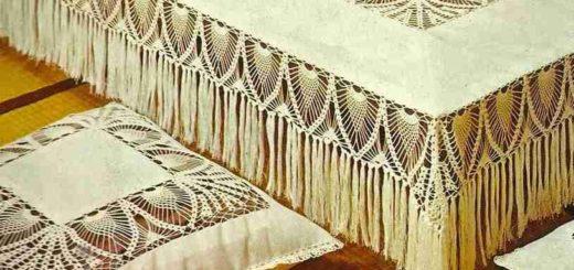 Скатерть и подушки с ажурными вставками крючком