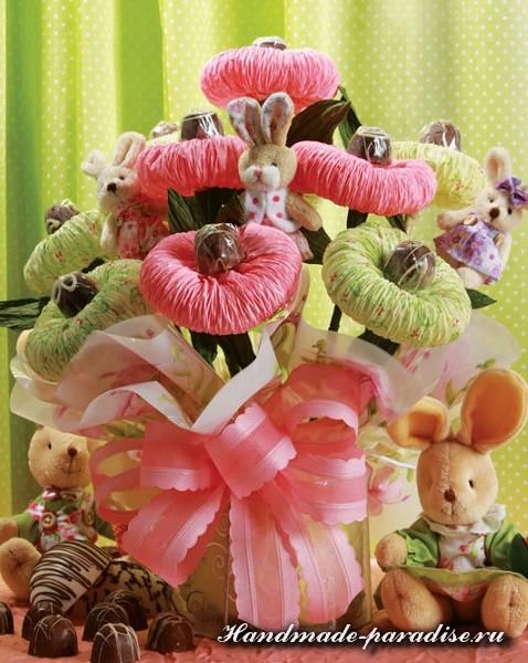 Ramo de flores de papel adornado con un lazo rosa