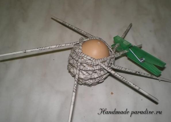 Плетение пасхальных яиц из газет (12)