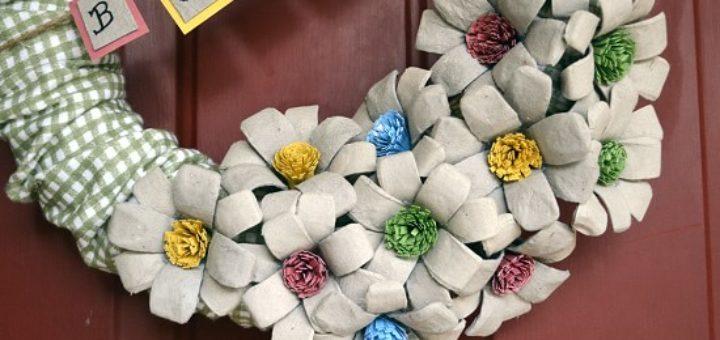 Венок с цветами из яичных лотков