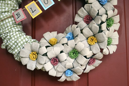 Венок с цветами из яичных лотков (2)