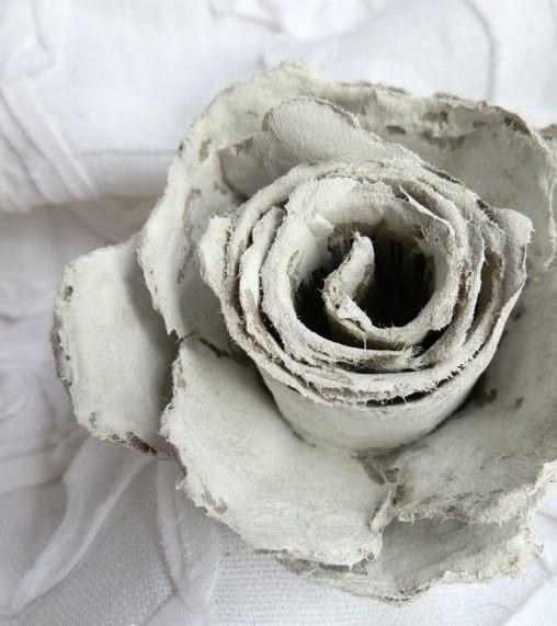 Винтажные розы из яичных лотков