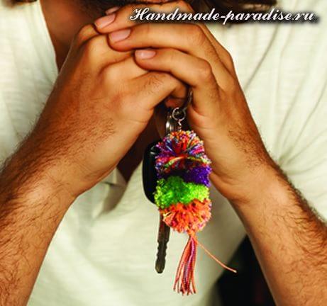 Брелок для ключей из помпонов (5)