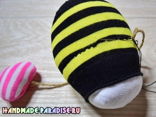 Как сшить пчелку из носочков (10)