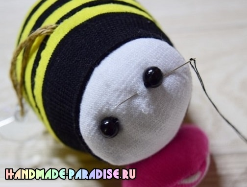 Как сшить пчелку из носочков (11)