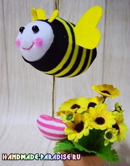 Как сшить пчелку из носочков (16)