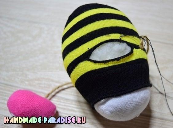 Как сшить пчелку из носочков (9)