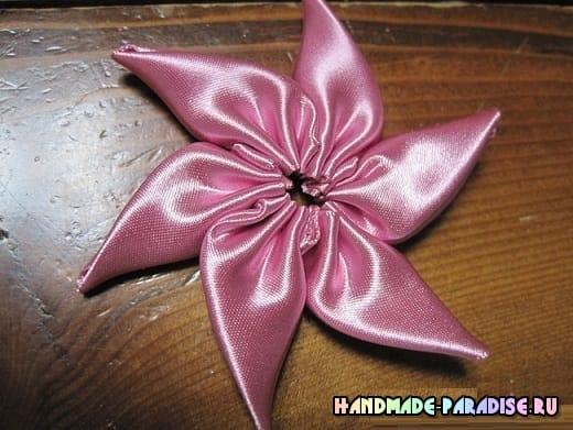 Мастер-класс. Цветок вертушка из лент (6)