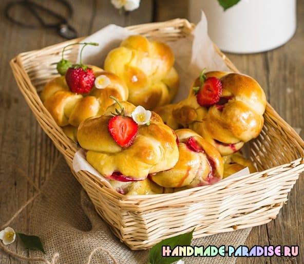 Дрожжевые плетеные булочки с клубникой (7)