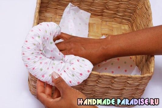 Оформление подарочной корзины папиросной бумагой (4)