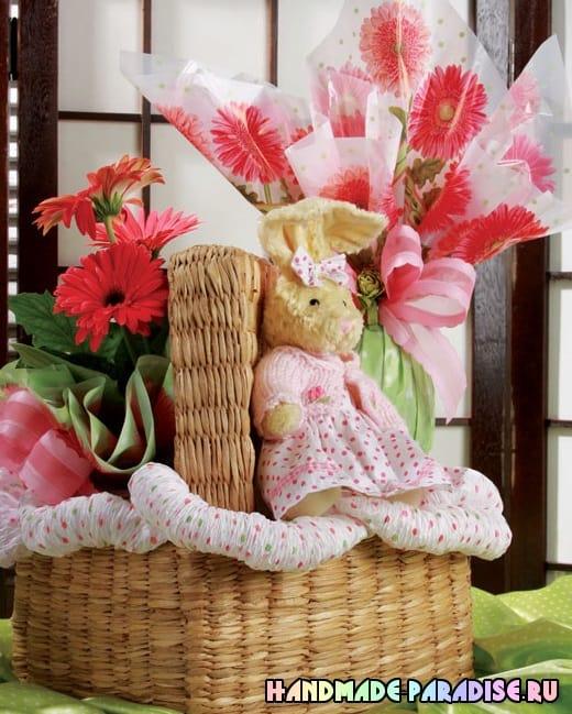 Оформление подарочной корзины папиросной бумагой (7)