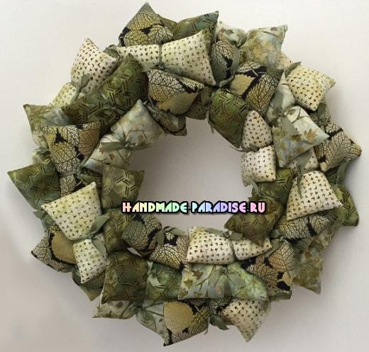 Декоративные венки из текстильных подушечек (7)