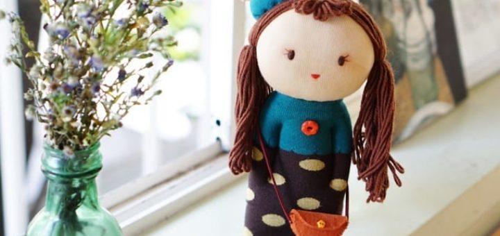 Куколка из носков с волосами из пряжи