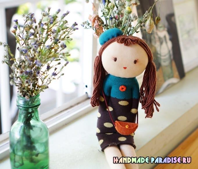 Куколка из носков с волосами из пряжи (4)