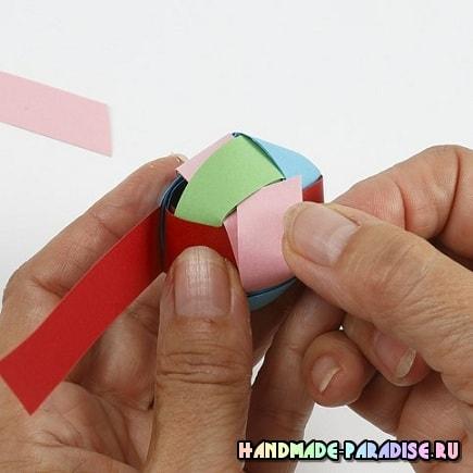 Плетение из бумаги шарика для гирлянды (12)
