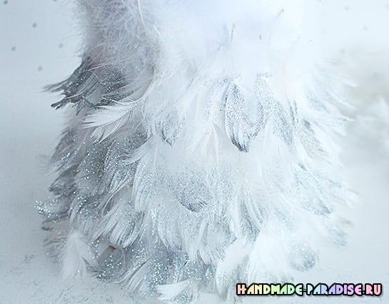 Новогодние елочки из перьев (3)