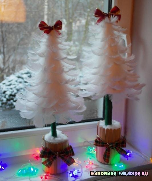 Новогодние елочки из перьев (9)