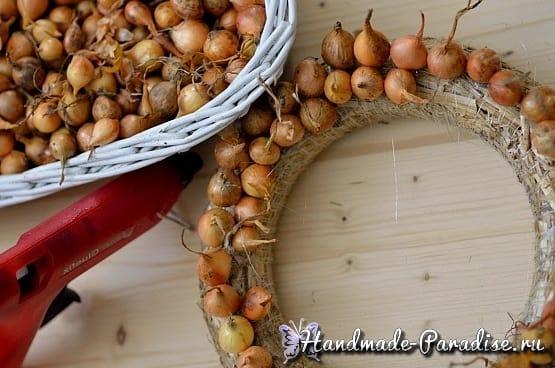 Луковый венок для украшения пасхального интерьера (2)