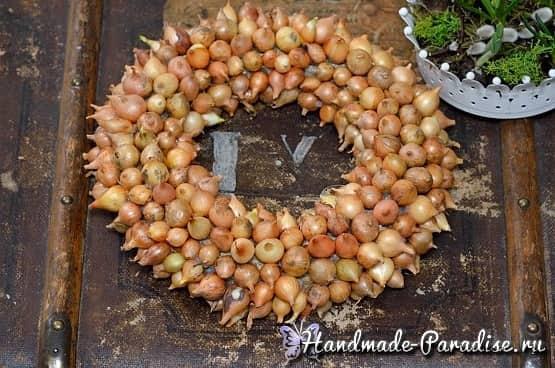 Луковый венок для украшения пасхального интерьера (5)
