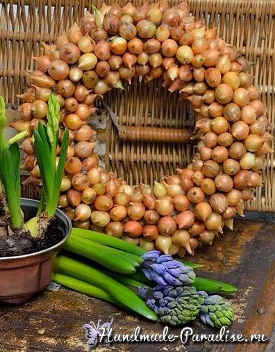 Луковый венок для украшения пасхального интерьера (6)