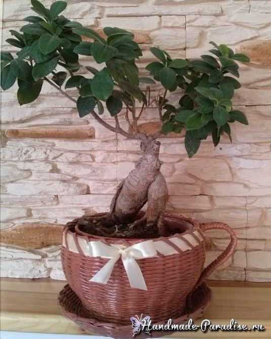 Плетение чайной чашки с блюдцем из газет (4)