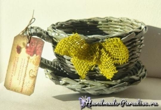 Плетение чайной чашки с блюдцем из газет (5)