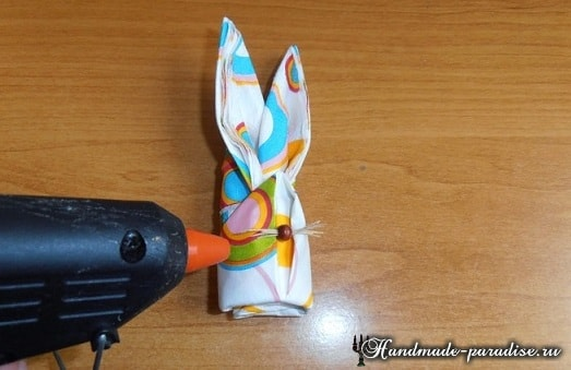 Как сложить салфетку в форме пасхального кролика (14)