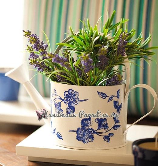 Декупаж садовой лейки для украшения сада (3)