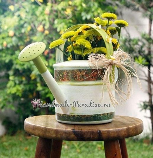 Декупаж садовой лейки для украшения сада (7)