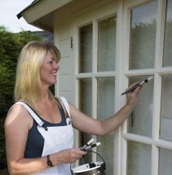 Красим деревянные окна в дачном домике (2)
