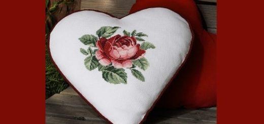Подушка в форме сердца с вышивкой розы