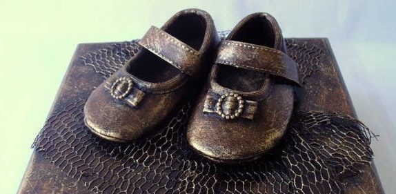 Бронзовые пинетки. Детская обувь как элемент декора (3)
