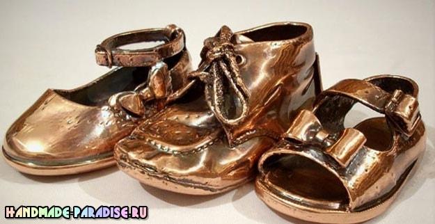 Бронзовые пинетки. Детская обувь как элемент декора (9)