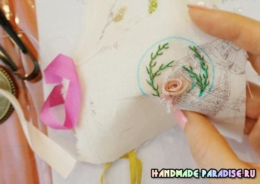 Броши с вышивкой лентами своими руками (12)