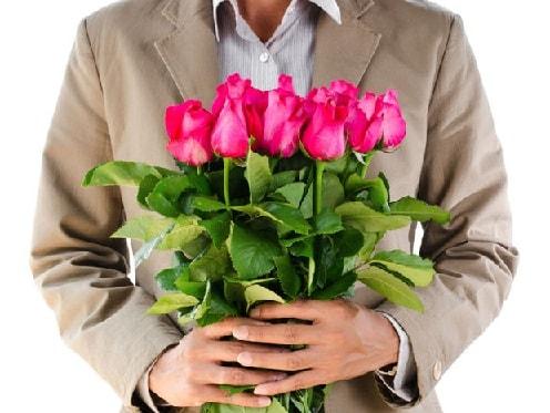 Какие дарить цветы мужчинам и старшим женщинам