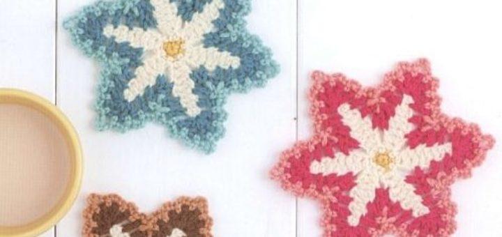 Трехцветные цветочки-подставки под горячее крючком