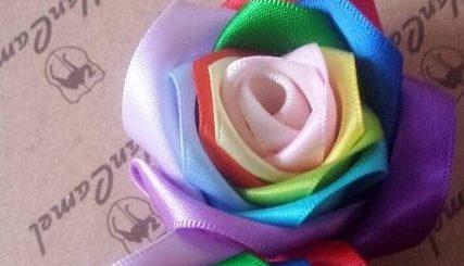 Радужные розы из атласных лент