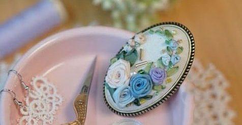 Вышивка лентами розочек для миниатюрной броши