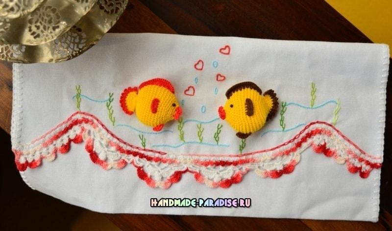 Вязаные рыбки на кухонном полотенце с вышивкой