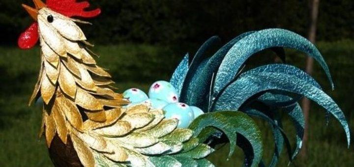 Петух из папье-маше и яичных лотков