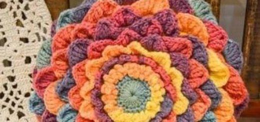 Интерьерная подушка-цветок из акриловой пряжи (2)