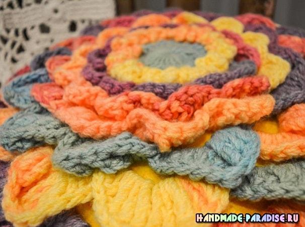 Интерьерная подушка-цветок из акриловой пряжи (3)